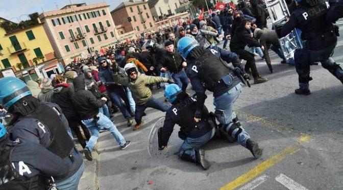 CORTEO ANPI E SINDACO PD COLPISCE POLIZIOTTO A TERRA – FOTO CHOC – VIDEO