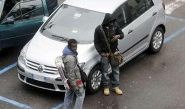 Ragazzi italiani liberano, a calci e pugni, parcheggio da abusivi nigeriani