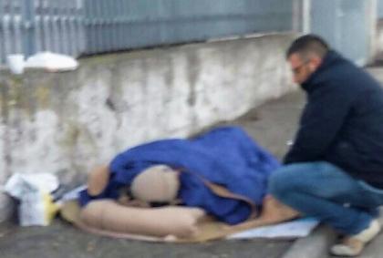 """Senzatetto italiano rimane fuori: """"Devi pazientare 6 giorni"""", ci sono i profughi – FOTO"""