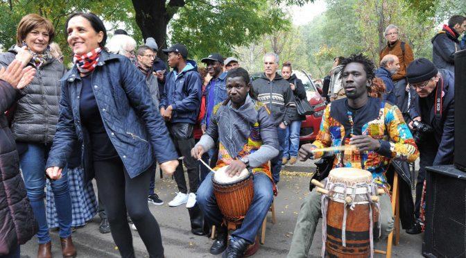 I cuckold di Milano portano donne e bambini dai profughi