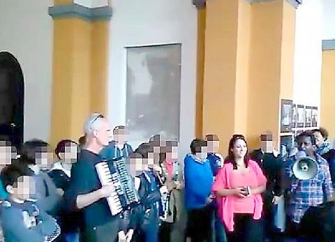 Alunni costretti a cantare 'Bella Ciao' ai clandestini