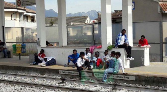 Hotel non è di loro gradimento, profughi fuggono e occupano stazione