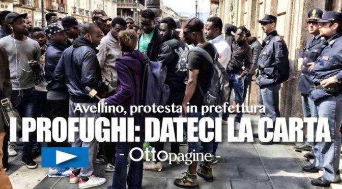 """Profughi circondano prefettura: """"Esigiamo carta identità, nostro diritto"""" – VIDEO"""