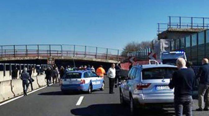 Crolla ponte su auto in A14, morti e feriti – VIDEO
