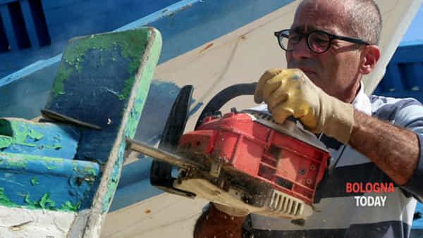 Feticismo: 'sculture' con il legno dei barconi