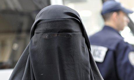 Islamica esige di essere visitata in burqa da oculista