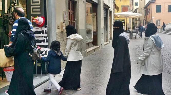 Islamica non stringe mano a funzionari maschi, negata Cittadinanza