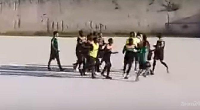 """PROFUGHI SCATENANO VIOLENZA ARMATI DI SPRANGHE: """"Dal campo non uscite vivi!"""" – VIDEO"""