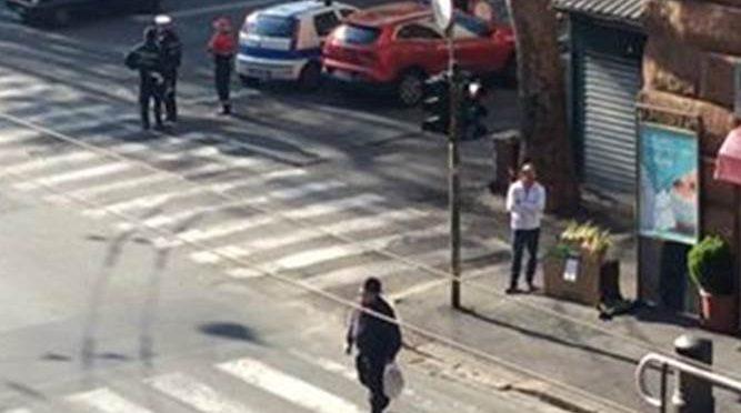 Genova: abusivi vendono merce davanti Vigili – FOTO