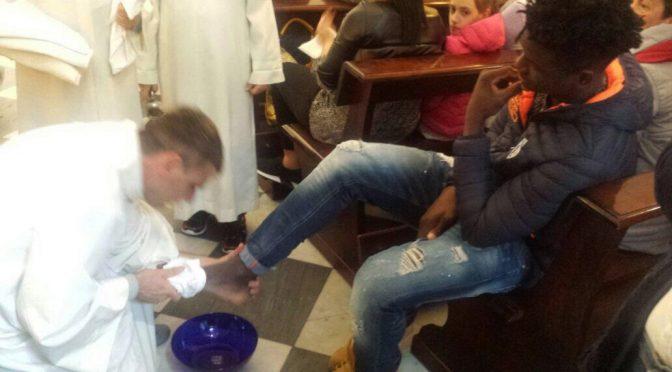 SOTTOMISSIONE: Vescovi e preti lavano piedi a Islamici – FOTO