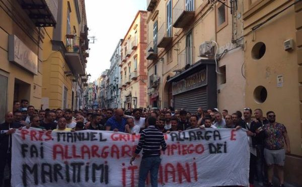 """Marittimi protestano contro sostituzione etnica: """"No a immigrati sulle navi italiane"""""""