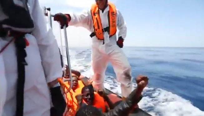 Nave spagnola scarica in Italia 483 clandestini