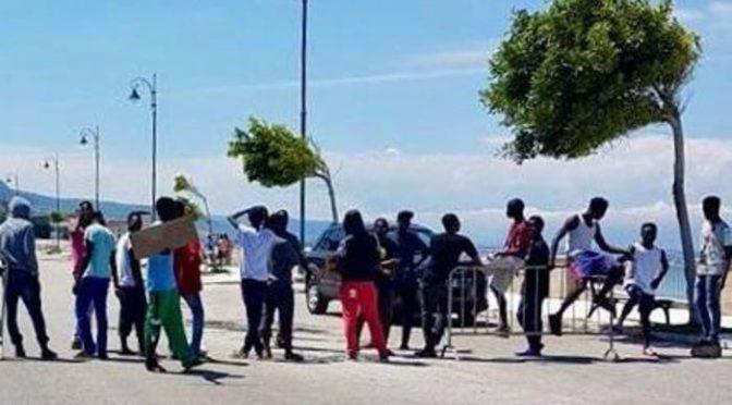 """Profughi piazzano posto di blocco, auto fermate: """"Siamo insoddisfatti"""" – FOTO"""