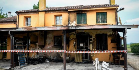Casa destinata ai profughi incendiata da residenti, inagibile – FOTO