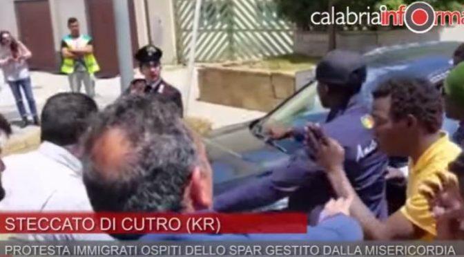 """PROFUGHI BLOCCANO STRADA, AUTO IN COLONNA: """"SOLDI, SOLDI SOLDI"""" – VIDEO CHOC"""