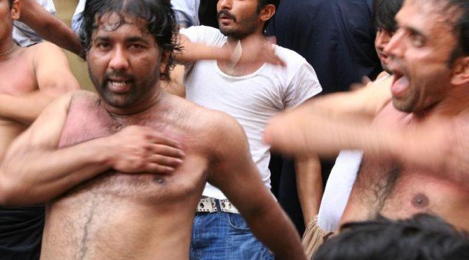 Migrante espulso per finta a torso nudo picchia passanti e aggredisce i poliziotti