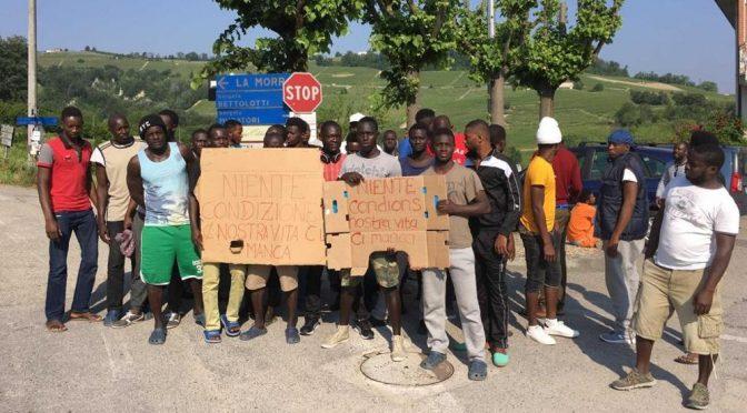 """Profughi occupano frazione: """"Ci manca la nostra vita, qui cibo scarso"""""""
