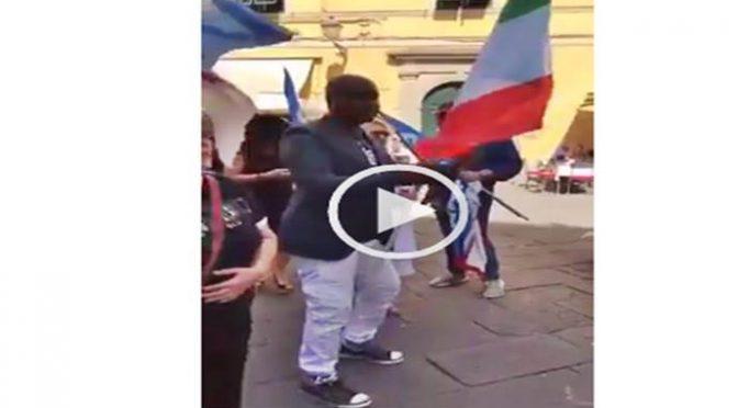 Il candidato africano di Meloni oltraggia Tricolore – VIDEO