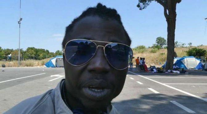 """Clandestini accusano agenti: """"C'hanno fatto neri"""" – VIDEO"""