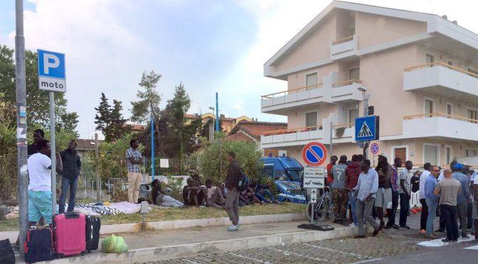Spacciatori sgomberati da palazzine occupate protestano, sassi contro agenti – VIDEO