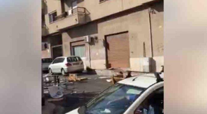 PROFUGHI DEVASTANO CENTRO, TAVOLI LANCIATI SULLE AUTO – VIDEO CHOC