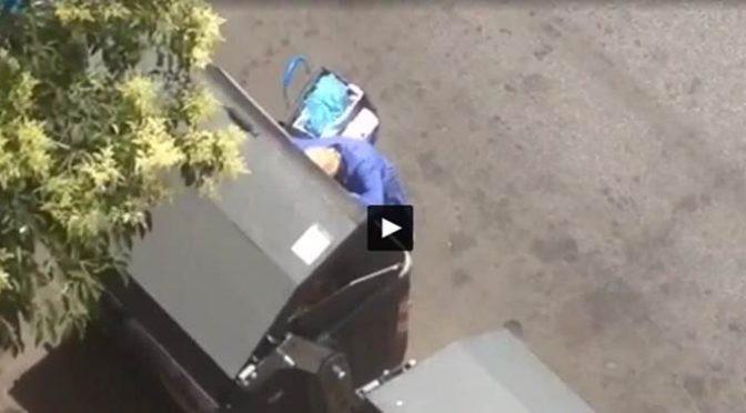 A Roma la povertà parla italiano, anziana fa la spesa tra i rifiuti – VIDEO CHOC