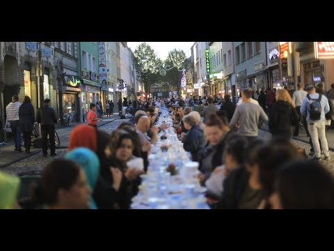 Colonia, ad un anno dagli stupri di massa, islamici chiudono intero quartiere per festeggiare Ramadan – VIDEO