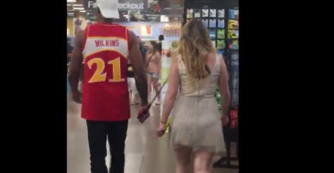 Integrazione: donna bianca al guinzaglio e con museruola – VIDEO