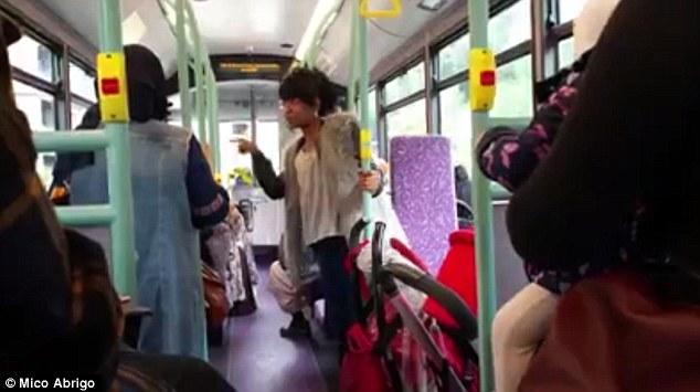 Italiana picchiata da 3 arabe sul bus: «Ti decapitatiamo, ISIS fa bene a farvi la guerra»