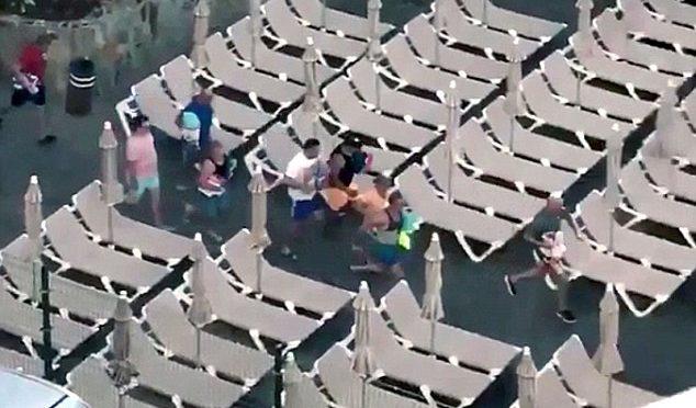 Turisti, scontri per avere i lettini in prima fila – VIDEO