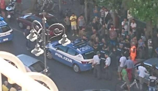 Sfonda i vetri dell'auto e picchia agenti: non gli lasciavano schiaffeggiare donna italiana