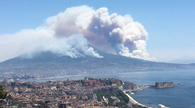 Vesuvio brucia, uomini e governo peggio del vulcano – VIDEO