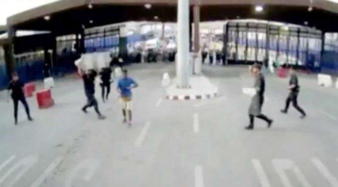 """Assalta confine al grido """"Allahu Akbar"""", agenti lo abbattono così – VIDEO"""