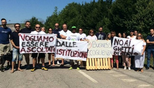 """Barricate contro profughi a Bologna: """"Siamo pronti a bloccare la strada"""""""