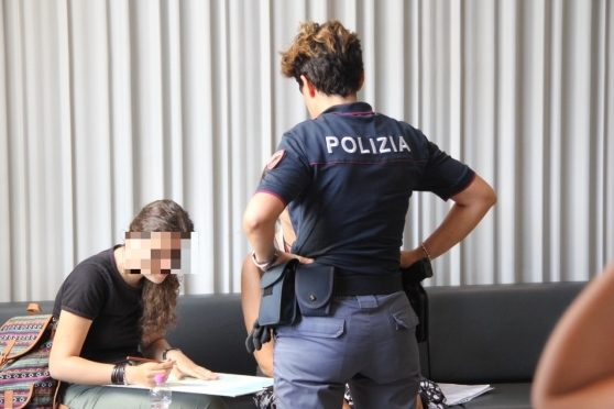 Ragazzina inseguita fin dentro il bar dal profugo che la vuole stuprare – VIDEO