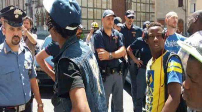 """Prato, Profughi protestano: """"Stavamo meglio in Africa"""""""