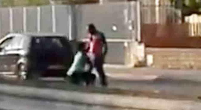 Futuro sindaco di Castel Volturno pesta donna in strada – VIDEO