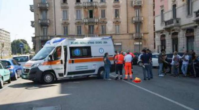 Ambulanza soccorre ubriaca invece ferito, folla la blocca