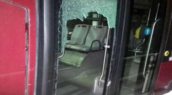 Terrore a Firenze, migranti attaccano bus: finestrino distrutto
