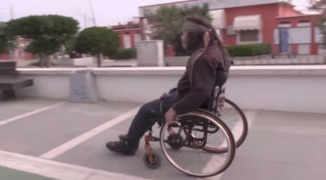 "Giovane disabile vive per strada: ""Se fossi immigrato starei in quell'hotel"" – VIDEO"