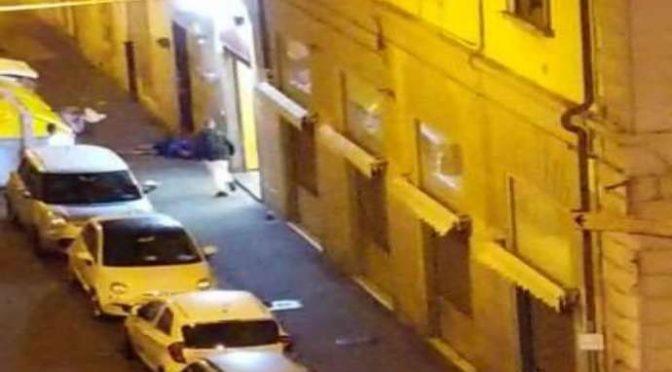 Livono: immigrati vandalizzano auto, bottigliate ai passanti – VIDEO