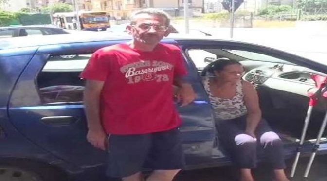 Coppia vive in auto nella città con migliaia di profughi in hotel – VIDEO