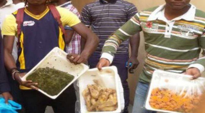 """Profughi in sciopero della fame """"contro il pollo al forno"""" – VIDEO"""