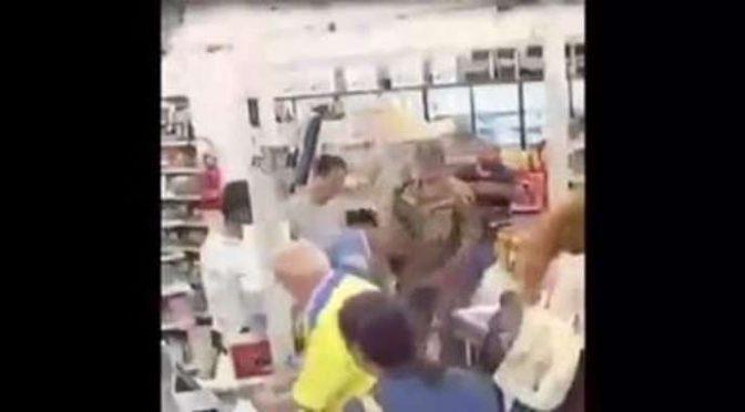 Migrante vandalizza negozio, Poliziotti costretti a guardare – VIDEO