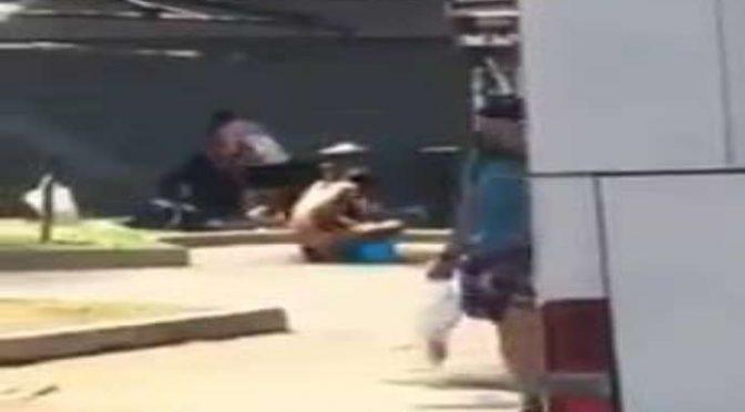 Bologna fuori controllo: migranti nudi si lavano in piazza – VIDEO