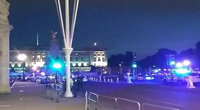 SABATO DI TERRORE: UOMO ARMATO DI MACHETE ATTACCA BUCKINGHAM PALACE – VIDEO
