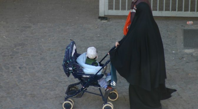Bimba tolta a genitori e affidata a famiglia islamica