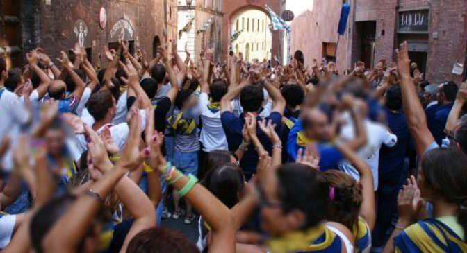 Marocchino abusivo minaccia di lanciarsi nel vuoto, ma non lo fa