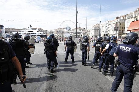 Furgone contro la folla a Marsiglia: tranquilli è il solito 'squilibrato'
