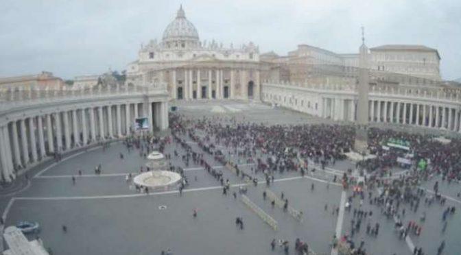 Fedeli in fuga da Bergoglio: Lui parla, Piazza San Pietro si svuota